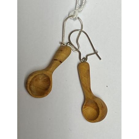 Handtäljda träkåsor i form av örhängen