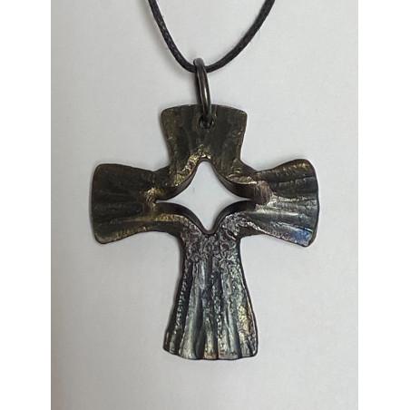 Handsmitt kors i järn som halsband