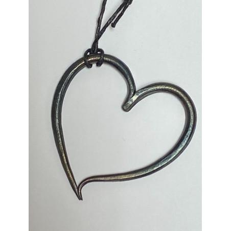 Handsmitt hjärta i järn som halsband
