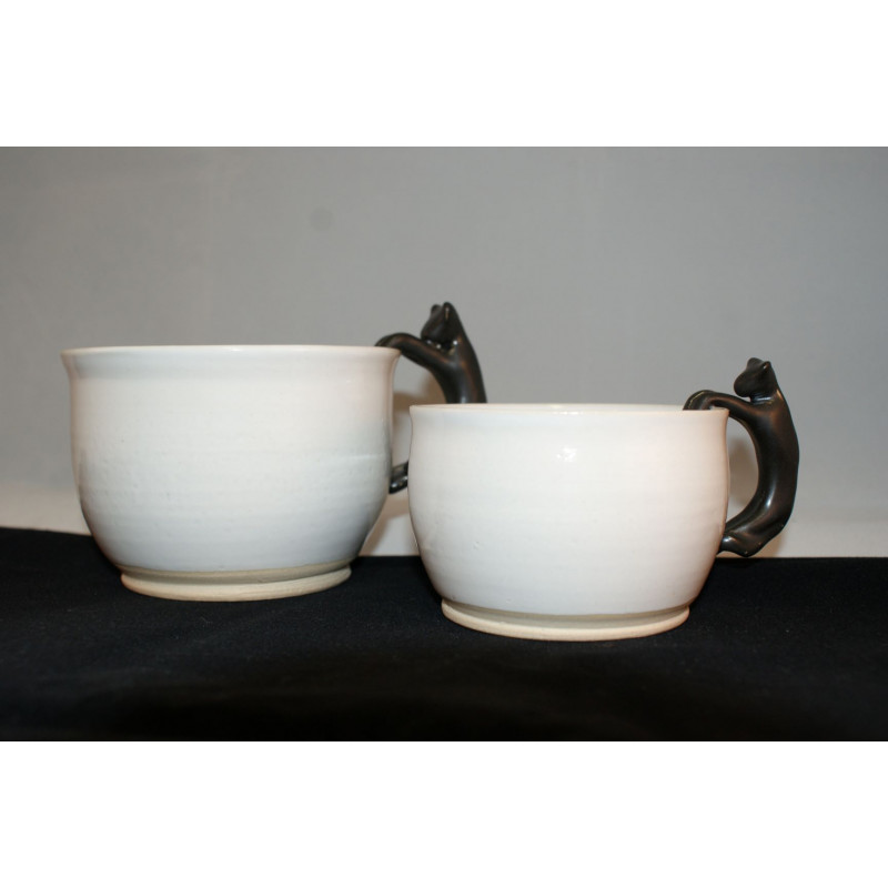 Mugg i keramik i två storlekar med en katt som handtag